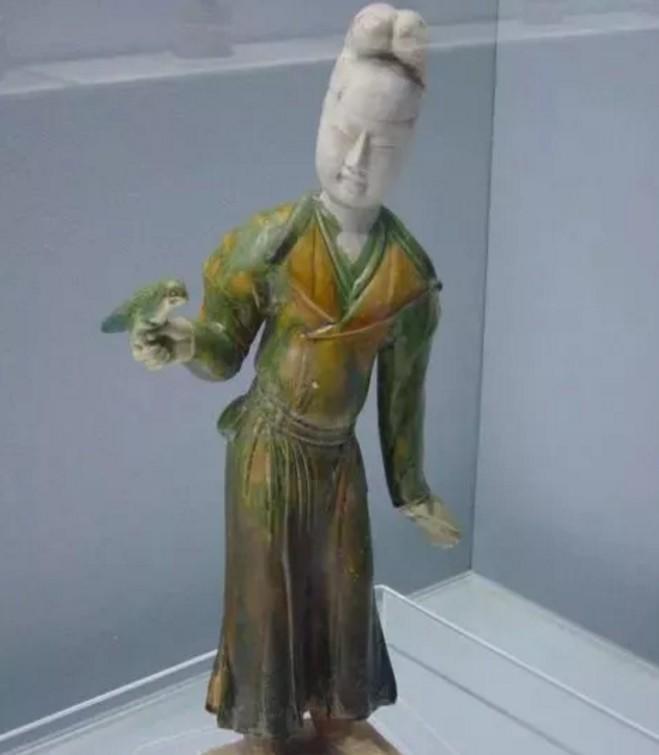 唐代时纽襻扣在圆领袍上就广泛使用,一般都使用三对。