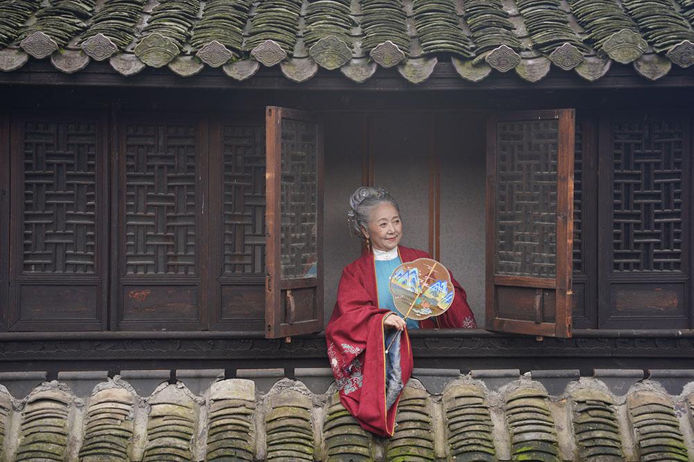 76岁老奶奶穿明制汉服走红,宛如《红楼梦》中人